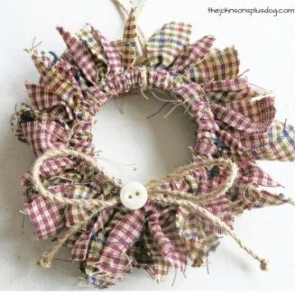 15 easy diy fabric ornaments keystone peach diy mini fabric wreath christmas ornament 724x1024 solutioingenieria Choice Image